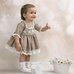 Que bonita está Salomé con nuestro vestidito! Habeis visto que muñeca? Frocks For Girls, Little Dresses, Little Girl Dresses, Vintage Baby Dresses, Baby Dress Design, Baby Girl Dress Patterns, Toddler Girl Style, Toddler Dress, Baby Girl Fashion