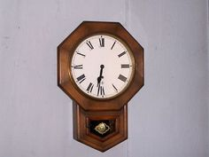 HERE FOR YOUR CONSIDERATION AT A  NO RESERVE LOW STARTING BID  AUCTION FROM AN ESTATE SALE IS: AN ANTIQUE NEW HAVEN 8 DAY KEY WING OFFICE / SCHOOL HOUSE WALL CLOCK  MADE IN U.S.A.  AS MARKED ACROSS T