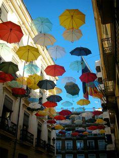 Uma rua decorada por guarda-chuvas nas ruas de Alicante, Espanha. <3