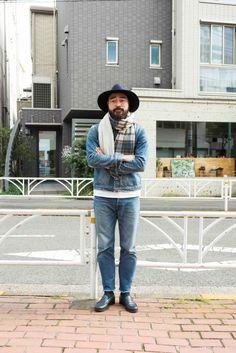 中室太輔さん (34歳/ムロフィス ディレクター) 味のある色落ちが印象的なデニムオンデニムスタイルは、男らしい小物使いで締める! デニムは上下ともにKATO'/AAA(カトー・トリプルエー)、裾からのぞくTシャツはHa