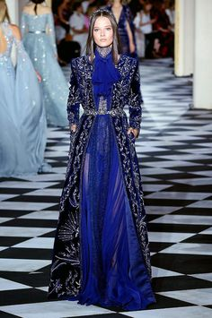 Find tips and tricks, amazing ideas for Zuhair murad. Discover and try out new things about Zuhair murad site Blue Fashion, Fashion 2018, Runway Fashion, High Fashion, Fashion Trends, Winter 2018 Fashion, Office Fashion, Style Bleu, Dress Outfits