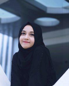 Image may contain: 1 person, closeup Modest Fashion Hijab, Casual Hijab Outfit, Hijab Chic, Muslim Fashion, Kate Middleton Dress, Iranian Women, Bollywood Girls, Beautiful Hijab, Muslim Women
