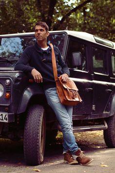 """Die Umhängetasche Alex 17"""" überzeugt im angesagten und trendigen Vintage-College-Look. Sowohl für die Uni als auch die Arbeit ist sie ein stylischer Begleiter, auf den auch in praktischen Belangen vollster Verlass ist - Ledertasche - Vintagelook - Gusti Leder - U23"""