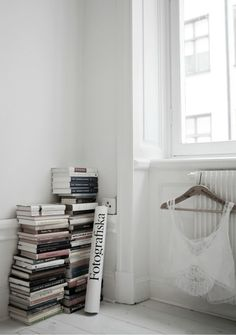 stark white + stack of books Interior Styling, Interior Decorating, Interior Design, Decorating Ideas, Decor Ideas, Pretty Things, Stack Of Books, Apartment Living, Home And Living