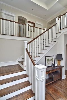 Traditional Staircase with Balcony, Hardwood floors, High ceiling Traditionelle Treppe mit Balkon, H House Staircase, Staircase Remodel, Staircase Makeover, Staircase Railings, Wooden Staircases, Modern Staircase, Stairs In Homes, Staircase With Landing, White Staircase