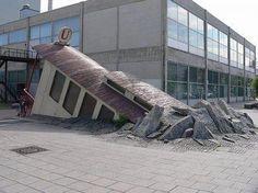 Subway Entrance in Frankfurt. L'archietetto Peter Zbiginiew Pininski ha realizzato l'ingresso surrealista Warte Bockenheimer della metropolitana di Francoforte, in Germania, creando l'illusione di una vecchia locomotiva che sfonda la pavimentazione della strada. Via open.az