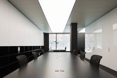 PBS office in Barcelona by Spanish architect Francesc Rife. Nice lighting solution. #conferenceroom #meetingroom #samsav#