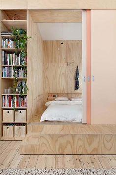 Schlafzimmer mit Sperrholzkäfig für Raum im Raum Konzept