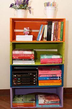 Empilhados, os caixotes de madeira formam uma estante de livros