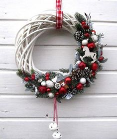 Couronne de noël avec tiges de sapin, boules rouges et blanches et cocotte… ? Christmas wreath with fir stalks, red and white balls and casseroles ⛄ Inspiration for Christmas decorations and interior design decoration Christmas Wreaths To Make, Christmas Mood, Christmas Makes, Holiday Wreaths, Christmas Projects, All Things Christmas, Christmas Ornaments, Christmas Ideas, Christmas Accessories