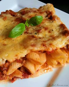 Macaroni Casserole with Minced Meat in Tomato Sauce - Recipe - Sweet . Tomato Sauce Recipe, Sauce Recipes, Macaroni Casserole, Hawaiian Pizza, Lasagna, Good Food, Food And Drink, Meat, Ethnic Recipes