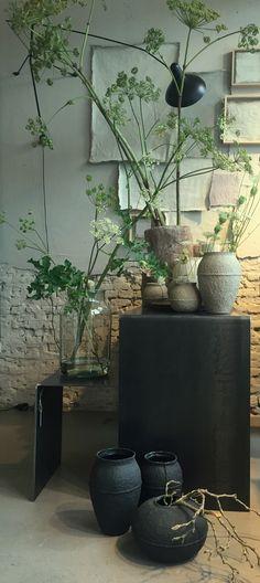 Vazen van glas, papierpulp en keramiek en antieke vijzels, zeeer geschikt voor de berm-oogst van vandaag!