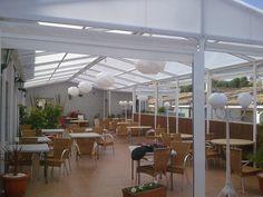Pergola de hierro con techo de policarbonato.