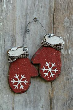 Primitive Wood Holiday Decor, Rustic Winter Decor, Red Mittens by mirela-anna - Wood Crafts Christmas Wood Crafts, Christmas Projects, Christmas Tree Ornaments, Holiday Crafts, Christmas Holidays, Winter Wood Crafts, Christmas Ideas, Winter Holiday, Christmas Signs
