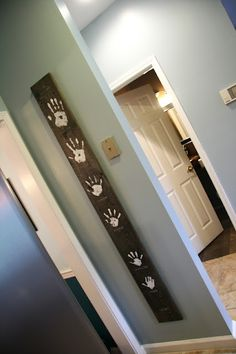 I love hand print art! Love how they used a piece of wood!