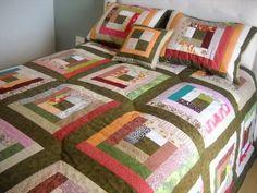 Colcha casal + 2 porta travesseiros + 1 almofada. Topo e forro 100% algodão. Manta acrílica. Enchimento almofada: manta silicona. Produto artesanal, pode ocorrer variação de cor. R$ 540,00