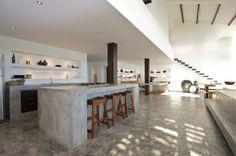 îlot central, revêtement de sol et plan de travail béton ciré dans la cuisine design dans une aire ouverte