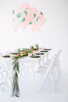 Décor de table / Ananas et feuilles de palmier /