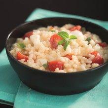 Coloque o arroz, a agua, os tomates e as folhinhas de manjericão no Micro Arroz 500ml e misture bem. Tampe e leve ao microondas por 12...