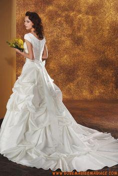Belle robe de mariée avec manches courte au drapé décorée de perles taffetas