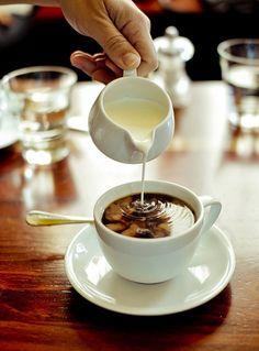 CAFÉ COM LEITE… QUENTINHO… EU NÃO RESISTO… by Kakareko on Flickr.