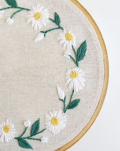 New Pictures Embroidery Designs for beginners Concepts This daisy wreath PDF embroidery pattern is now available on Etsy! It's perfect for beginners and Hand Embroidery Patterns Free, Embroidery Flowers Pattern, Embroidery Transfers, Hand Embroidery Stitches, Embroidery Hoop Art, Floral Embroidery, Cross Stitch Embroidery, Embroidery Tattoo, Custom Embroidery