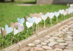 Passagem com corações na grama