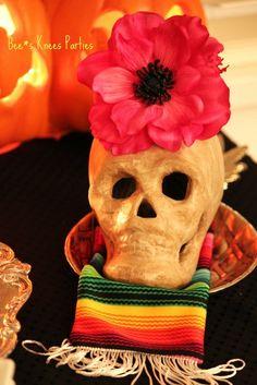 Adorna calaveras de resina con flores grandes para tu fiesta Día de los Muertos / Decorate resin skulls with large flowers for your Día de los Muertos party