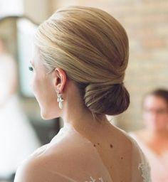 Idée coiffure de mariage : un chignon bas classique de mariage