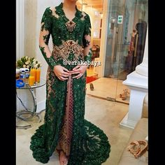 Fitting… #kebaya #resepsi #weddingdress #weddinginspiration #lace #swarovskicrystals #beads #bride #pengantin #songket #verakebaya  (di Rumah Kebaya Vera Anggraini)