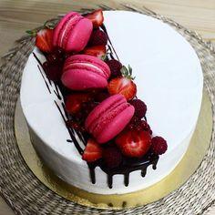 Красный бархат с соленой карамелью и ягодами #торт #тортбезмастики #tuapse…