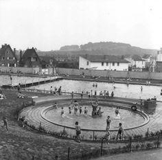 """Maastricht. Waldeckpark. Zwembad """"Jekerdal"""". Dames- en kinderbad. Champs Elyseesweg op de achtergrond."""