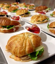 Sandwich en croissant de mantequilla / jamon de pollo / queso mozarella / seras salteadas en salsa de mostaza dijon / mayonesa de pimientos asados