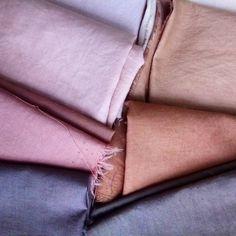 Découvrez comment fabriquer de la teinture végétale pour colorer naturellement vos textiles. Shibori, Textiles, Custom Clothes, Color Combos, Easy Crafts, Fabric, Diy, Instagram, Color Shades