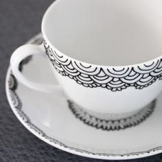 Handpainted cup and saucer. Tips and tricks on how to use a porcelain pen. In English and Swedish.
