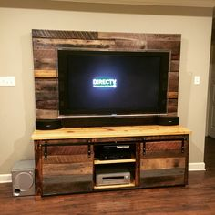 easy diy tv stand designs made of pallet woods diy palle Pallet Furniture Tv Stand, Pallet Tv Stands, Diy Furniture, Rustic Furniture, Rustic Tv Stands, Upcycled Furniture, Tv Pallet, Wood Pallets, Pallet Lounge