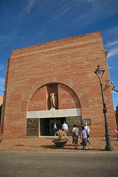 El Museo Nacional de Arte Romano de Mérida (España) (MNAR) fue inaugurado el 19 de septiembre de 1986 en su emplazamiento actual, obra del arquitecto Rafael Moneo. Se trata de un centro investigador y difusor de la cultura romana donde, además de acoger los hallazgos arqueológicos de la antigua ciudad romana Augusta Emerita, se celebran congresos, coloquios, conferencias, cursos, exposiciones y otras muchas actividades de ámbito nacional e internacional.