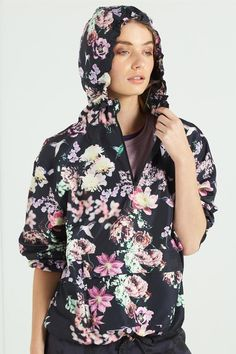 coar lightweight packable Select colour BLACK GARDEN FLORAL Product code: 269906-03 Description - Relaxed, loose fit. Breathable and allows for total range of motion - Funnel neck collar - Hood with adjustable drawstring - Elasticated cuffs - Functional drawcord at hem - Front patch pocket - Packable design - Durable water repellent fabric - High performance activewear with COAR reflective logo MODEL WEARS SIZE SMALL 100% POLYESTER - MINI RIPSTOP