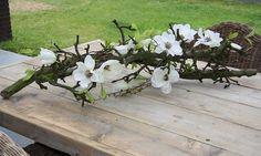 Decoratie takken met zijde bloemen om het op te fleuren makkelijk in onderhoud geen water nodig. Kijk voor meer decoratie takken op decoratietakken.