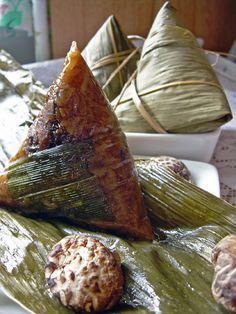 Bak Chang - Nyonya rice dumpling with mushroom, meat etc. Asian Snacks, Asian Desserts, Asian Recipes, Tamales, Rice Dumplings Recipe, Making Dumplings, Asain Food, Indonesian Cuisine, Singapore Food