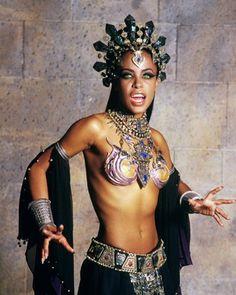 """Aaliyah zeigte 2001 als Vampir-Königin Akasha in """"Queen of the Damned"""" nicht nur ihren wunderschönen Körper, sondern auch schauspielerisches Talent. Auch wenn die Anne Rice-Verfilmung nicht so erfolgreich war, wie der erste Teil der Saga, """"Interview mit einem Vampir"""", an schönen Bildern mangelte es nicht. Leider hat sich das ewige Leben aus dem Film nicht auf die junge Sängerin übertragen: Aaliyah verunglückte im selben Jahr bei einem Flu..."""