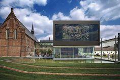 Une restauration réussie, avec un nouveau volume moderniste, donne vie au nouveau musée de la Ville de Gand. Le visiteur assiste à la confrontation du patrimoine historique avec l'architecture contemporaine. photo: Stad Gent
