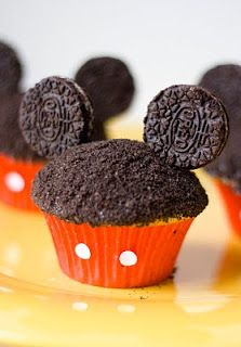 Mickey Cupcakes are a fun and yummy way to get a Wish Child excited about their Disney trip! 1 box cake mix 1 can frosting 1 package regular oreos Toothpicks Red cupcake liners Punches from a whole-puncher. Mickey Cupcakes, Cupcake Cakes, Oreo Cupcakes, Birthday Cupcakes, Cupcakes Kids, Ladybug Cupcakes, Kitty Cupcakes, Snowman Cupcakes, Princess Cupcakes