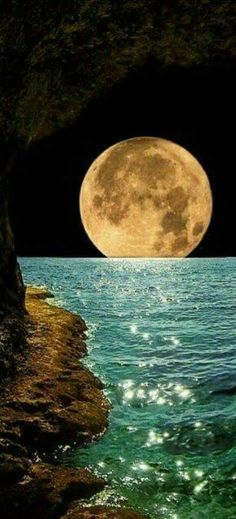 Beautiful moon - Fabulous Full Moon Photography To Keep You Fascinated Images Cools, Beautiful World, Beautiful Places, Shoot The Moon, Moon Photography, Amazing Photography, Night Skies, Sky Night, Ocean Night