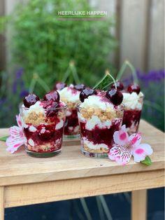 Het kersenseizoen is weer begonnen! Ik maakte een heerlijk zomers kersen toetje met crumble. Bbq Desserts, Sweet Desserts, Trifle, High Tea, Cheesecake, Deserts, Beverages, Cherry, Favorite Recipes