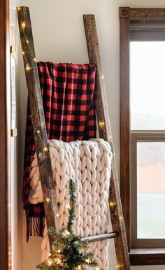 Easy DIY Blanket Ladder Plans Add some festive flair with t. - Easy DIY Blanket Ladder Plans Add some festive flair with this super easy DIY - Rustic Blanket Ladder, Rustic Blankets, Ladder For Blankets, Cozy Blankets, Diy Home Decor For Apartments, Christmas Decorations For The Home Living Rooms, Rustic Decorations For Home, Hone Decor Ideas, Diy Apartment Decor