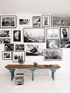Binnen een groot (denkbeeldig kader) op de zijwand: zwarte lijsten, witte passe-partouts en zwart wit foto's. Eventueel de wand schilderen met Histor S 2010 B. Misschien leuk om er een 'oud' bankje voor te plaatsen zoals op de foto.