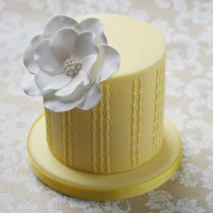 Learn how to create beautiful cakes with Cake Decorating. Each issue brings you inspirational projects with step-by-step instructions, delicious recipes and expert tips. Birtday Cake, Edible Flowers, Beautiful Cakes, Vanilla Cake, Cupcake Cakes, Cupcakes Decorating, Yummy Food, Desserts, Recipes