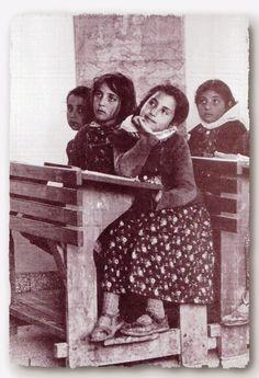 Λόλα, να ένα άλλο: Σχολικές αναμνήσεις σε ξεθωριασμένες σχολικές τάξεις... Greece Pictures, Old Pictures, Old Time Photos, Greece Photography, Crete Island, Good Old Times, Vintage School, Historical Photos, Vintage Images