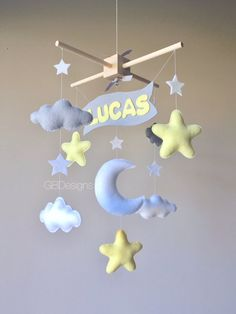 Baby mobile cloud mobile moon clouds por GiseleBlakerDesigns Noms de Bébé Baby mobile - cloud mobile - moon clouds mobile - yellow and gray mobile - baby name banner Cloud Mobile, Felt Mobile, Baby Boy Decorations, Baby Decor, Baby Name Banners, Diy Bebe, Baby Room Diy, Baby Crib Mobile, Unique Baby Shower